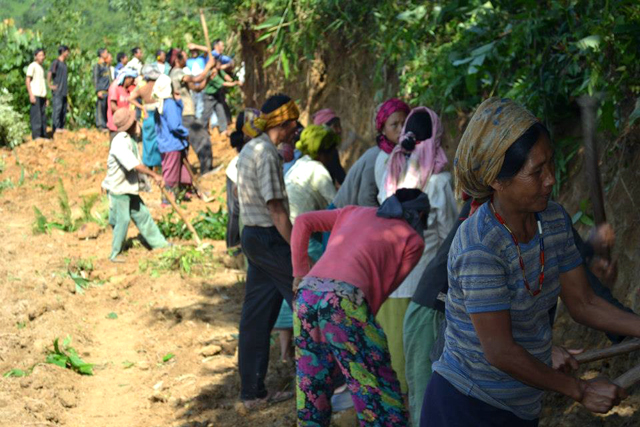 Villagers-clearing-away-a-thicket-with-their-machetes-and-daos.-Photo-by-Armstrong-Pame